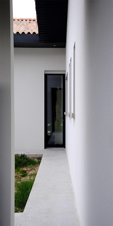 construction d'une maison individuelle à Illats, avec enduit blanc, et grandes baies vitrées